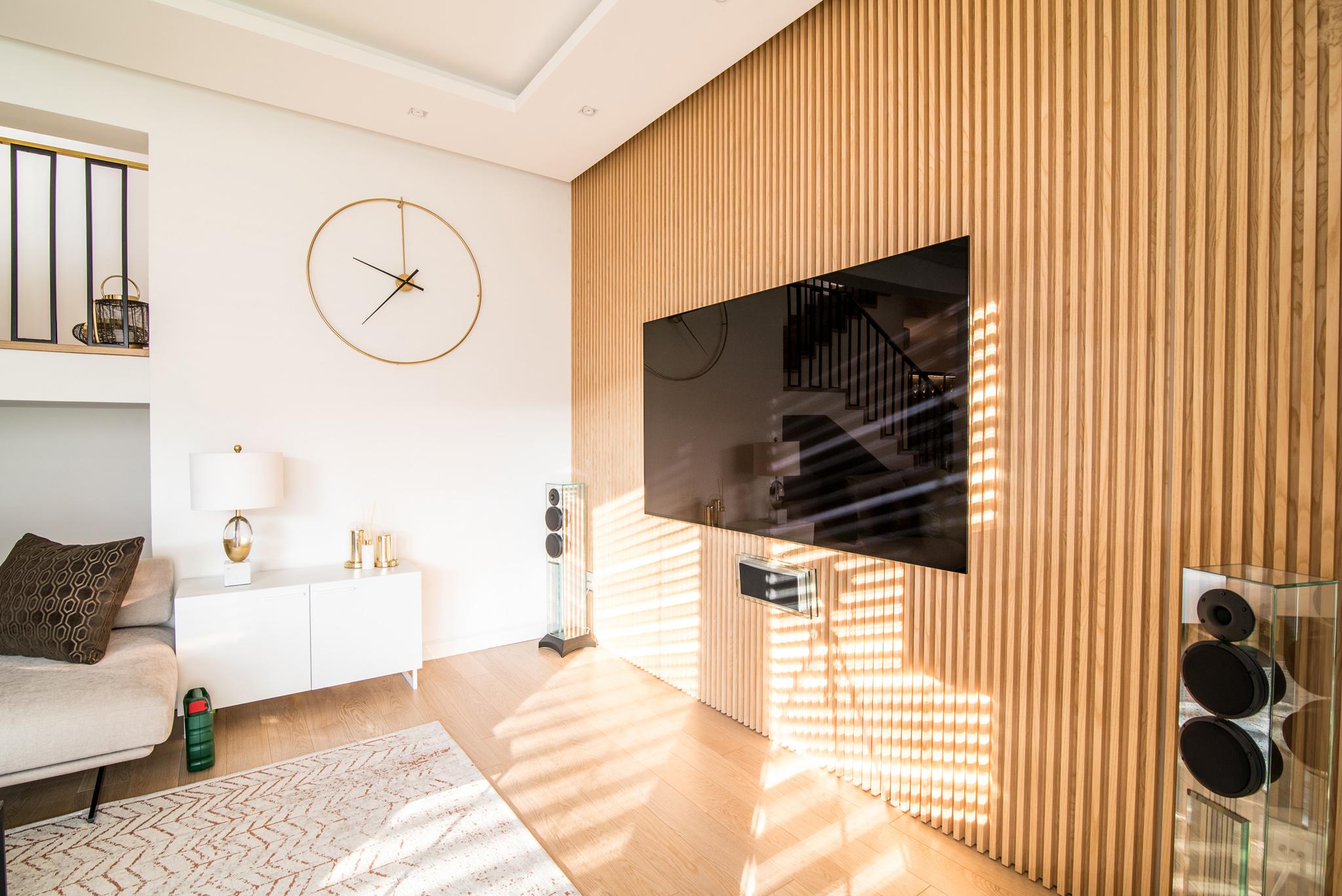 Aranżacja ściany telewizyjnej w lamelach